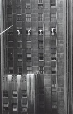© Inge Morath / Magnum Photos, Forty-eighth Street window washers, NYC - This reminds me of my time in Tokyo: 7 days there, 6 days sick in the hotel. The only company I got there was the window washer. Black White Photos, Black And White Photography, Old Pictures, Old Photos, Photo New York, Inge Morath, Vintage New York, Magnum Photos, Vintage Photographs