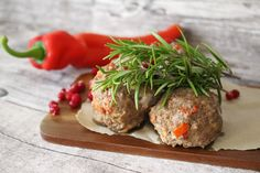 Ranteita myöjen taikinasa: Paprika-cheddar-lihapullat (myös gluteenittomana) ... Meatloaf, Cheddar, Tapas, Food And Drink, Dinner, Dining, Cheddar Cheese, Food Dinners, Dinners