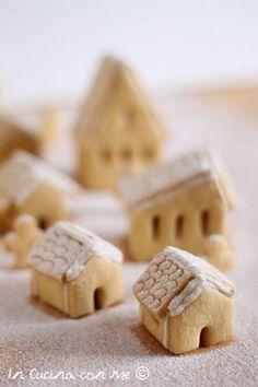 Il villaggio di Natale in biscotto è una golosa e scenografica idea regalo, tutta da gustare è realizzata con pasta frolla e glassa.