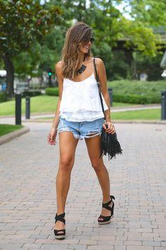 trendy_taste-look-outfit-street_style-ootd-blog-blogger-fashion_spain-moda_españa-fringed_bag-bolso_flecos-sandalias-verano-summer_sandals-ugg_australia-denim_shorts-shorts_vaqueros-oversize-9