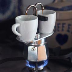 Bom dia com cafezinho direto da cafeteira . Na casa dos meus pais eu sempre tomei café da italianinha e talvez seja por isso que é meu predileto. Eu já comentei aqui que coleciono bialetti e essa da foto foi minha última aquisição. O café cai direto na xícara e a dose é perfeita para 2. Para estreiar pó @cafetoledo. Ma-Ra-Vi-Lho-So  #cafe #bialetti #coffee #italianinha #coffeelovers #loucosporcafe by goriahuk