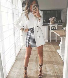 Saia curta xadrez vichy, tshirt branca, blazer branco alongado e sandália preta. - looks femininos Classy Outfits, Casual Outfits, Cute Outfits, Fashion Outfits, Womens Fashion, Modest Fashion, Jeans Casual, Fashion Quiz, Blazer Fashion