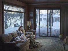 Las imágenes de Gregory Crewdson son como fotogramas de una película inquietante, sórdida y misteriosa.