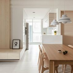 Where we don't see wood, we find a lot of white, helping to reflect sunlight and keep the whole atmosphere light and breezy. Kitchen Interior, Home Interior Design, Interior Decorating, Houses Architecture, Interior Architecture, Casa Muji, Ideas For Small Apartments, Muji Home, Interior Minimalista