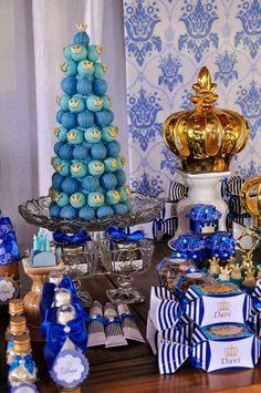 Mesa de doces príncipe azul e branco com torre de bombons