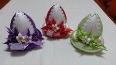 Velikonoční vajíčka * zdobená stylem kanzashi ♥ Easter Projects, Easter Crafts, Projects To Try, Quilted Ornaments, Fabric Ornaments, Coconut Decoration, Easter Fabric, Dry Coconut, Pine Cone Crafts