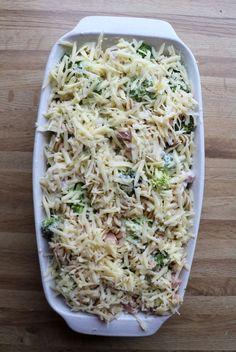 Enkel skinkegrateng med pasta og brokkoli - LINDASTUHAUG Linguine, Caesar Pasta Salads, I Want To Eat, Meatloaf, Feta, Broccoli, Cabbage, Bacon, Easy Meals