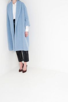 I want a coat like this, but in blush or light pink, Celine-style. Look Fashion, Winter Fashion, Womens Fashion, Style Bleu, My Style, All About Fashion, Passion For Fashion, Black And White Colour, White Colors