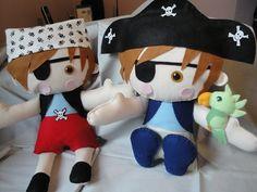 Bonecos de feltro motivo piratas.
