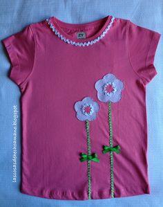 Camiseta para niña. Muy primaveral, aplicaciones en tela, picunela y adornada con dos lazos. http://lascosasdehechoamano.blogspot.com.es/