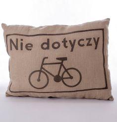 """Lniana poduszka rowerzysty """"Nie dotyczy"""" – kolor brązowy. Wymiary: ok 38x50cm. Ręcznie wykonane. Materiał: 100% len."""