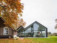 Modern extension for a traditional farmhouse Trend and tradition can be combined so harmoniously: A modern glass extension by Maas Architects ne Architecture Design, Residential Architecture, Beautiful Architecture, Extension Veranda, Glass Extension, House Extensions, Gaudi, Home Fashion, Future House