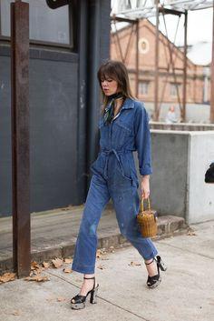Jean jumpsuits, street style, macacão jeans, macacão, jeans, denin, bolsa de palha, lenço, lenço no pescoço