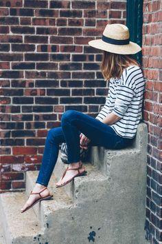 Sommer - casual - blaue Skinny-Jeans, gestreiftes Oberteil, braune Sandalen
