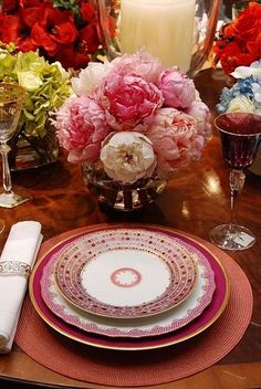 Various pink shades, textures and designs in this lovely table setting. I love peonies and they look fabulous on this table. Pink Table Settings, Beautiful Table Settings, Place Settings, Table Arrangements, Flower Arrangements, Peony Arrangement, China Patterns, Deco Table, Decoration Table