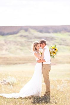 Today we have a beautiful sunny southern Alberta wedding. This wedding is so bright and cheerful, you can really tell how much this couple loves one another. The details of this wedding are what really make it so amazing, from the bridal party arriving by wagon, stunning sunflowers and the grooms attire. A big Thank you to Kaycee Ann Photography for the stunning images!