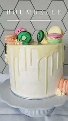 Die fruchtigen Macarons sind handbemalt und machen aus dem schlichten, weissen Drip Cake einem echten Hingucker #macarons #dripcake #birthdaycake Macarons, Party, Birthday Cake, Desserts, Food, Wedding Day, Dessert Ideas, Pies, Birthday