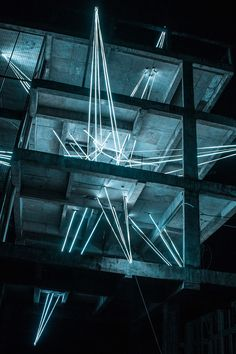 L'artiste malaisien Jun Hao Ong qui travaille sur des oeuvres lumineuses à installé cette étoile construite avec 500 mètres de LEDs qui semble traverser les sols de 4 étages de la structure vide d'un bâtiment en béton qui est en cours de construction. L'installation a ét éréalisée à l'occasion du 2015 Urban Xchange, un festival …