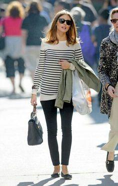 Sweater blanco lineas horizontales, pantalon negro, flats negros