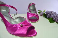 Cyklaménové svatební boty na nízkém podpatku. Cyklaménové svadobné topánky na nízkom opatku. svatební obuv, společenksá obuv, spoločenské topánky, topánky pre družičky, svadobné topánky, svadobná obuv, obuv na mieru, topánky podľa vlastného návrhu, pohodlné svatební boty, svatební lodičky, svatební boty se zdobením,topánky pre nevestu