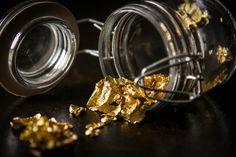 Torkkuja & Nokkosia: Au3 ja syötävällä kullalla koristeltu appelsiini-inkiväärisuklaa // edible gold and raw chocolate
