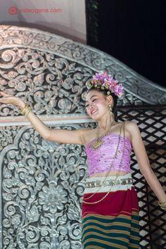 Dançarina tailandesa em apresentação no mercado noturno de Chiang Rai.