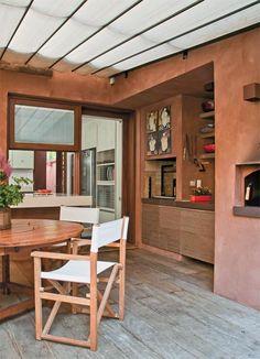 No quintal, o espaço gourmet conta com churrasqueira e forno de pizza. Como em toda a casa, aqui o piso também exibe assoalho de peroba de demolição da Ouro Velho.
