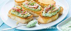 Lenterecept: bruschetta's met een frisse spinazie-geitenkaas spread en een plakje parmaham
