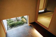 和室へと向かう踏込の地窓