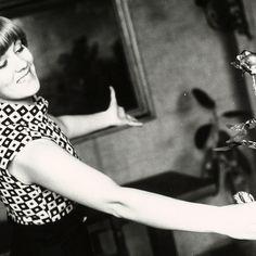 La cantante Caterina Caselli con una rosa in mano negli anni Sessanta