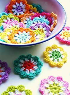 DIY: crochet a mini flower garland in bright colours: free crochet pattern