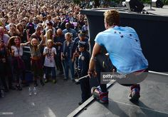 Apple & Moses cheering on daddy at Global Citizen Fest - 9/26/2015