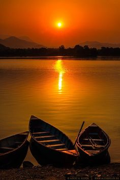 Fotografia Lago Phewa por Alex A. Beautiful World, Beautiful Places, Beautiful Pictures, Amazing Sunsets, Amazing Nature, Sunset Photography, Landscape Photography, Karl Martens, Red Sunset
