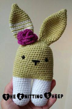 Conejo bípedo tejido en algodón. Hecho a mano 100% por The Knitting Sheep  Handmade cotton rabbit by The Knitting Sheep