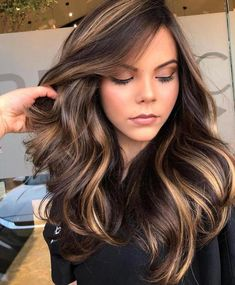 7 Breathtaking Hair Color Trends For 2019 Very pretty caramel balayage Cool Brown Hair, Golden Brown Hair, Brown Hair Shades, Brown Hair Colors, Caramel Highlights On Dark Hair, Brown Hair Balayage, Diy Hair Highlights, Dark Caramel Hair, Blonde Balayage