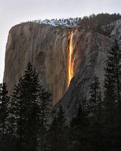 Horsetail Falls, Yosemite National Park. Fenomeen van het zonlicht dat op de waterval schijnt.