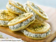 Recipe Goat cheese and chive aperitif cookies. Ingredients people): 1 packet of aperitif biscuits with fine herbs, 150 g of fresh goat cheese, 100 g of fromage blanc … – Discover all our meal ideas and recipes on Cuisine Actuelle Tapas, Rumchata Recipes, Healthy Cocktails, Cooking Salmon, Food Packaging, Caramel Apples, Cocktail Recipes, Cookie Recipes, Food And Drink