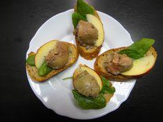 """Tapas z kačacej pečienky """" foie gras """" s jabĺčkom a pivo WYWAR krásny začiatok víkendu ... www.vinopredaj.sk ........................................... #foiegras #kacaciapecienka #kacica #vikend #weekend #degustacia #pivo #tasting #ochutnavka #ochutnaj #wywar #jedlo #inmedio #delikatesy #delishop #mnam #beer #bier #birra #tapas #peknyvecer #piatok #vinoteka #inmedio"""