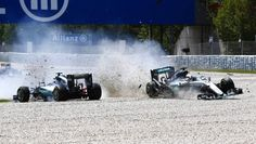Paartanz im Kiesbett: Lwis Hamilton und Nico Rosberg nach ihrem Crash