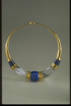 """Collier """"Torque"""" 1983  Goudji or martelé, lapis-lazuli, cristal de roche avec inclusions de tourmaline"""