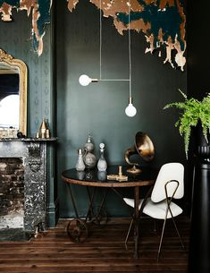 Inspiratieboost: een sfeervolle donkergroene muur in de woonkamer - Roomed