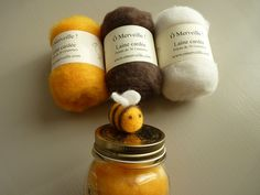 Lot de 3 pelotes de laine cardée Ô Merveille que qualité supérieure, douce et lumineuse pour le création de jolies petites abeilles feutrées. Découvrez la vidéo tuto pour connaître les secrets de cette création.