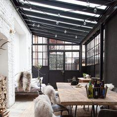Une verrière de toit pour cette salle à manger contemporaine