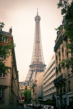 The Eiffel Tower, Paris, France. I've literally stood in this exact spot Torre Eiffel Paris, Pont Paris, Paris 3, I Love Paris, Paris City, Paris Street, Oh The Places You'll Go, Places To Travel, Places To Visit