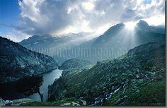 Luces en le macizo de Besiberri y el lago negro. Parque nacional de Aigüestortes y lago de San Mauricio, Pirineos, Cataluña, España