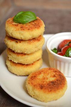 Stapel von Cous-Cous-Bouletten mit Tomatensalat Tomatensalat