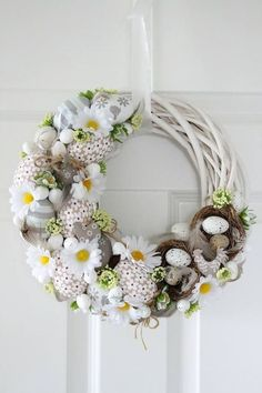 Egg and Daisy Spring wreath Easter Art, Easter Crafts, Cumpleaños Lady Bug, Diy Easter Decorations, Easter Wreaths, Diy Wreath, How To Make Wreaths, Spring Crafts, Floral Arrangements