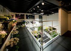 花屋さん、花は上から見るとより一層綺麗に見えるね。新築には吹き抜けがあるといいね! 店舗デザイン;名古屋 スーパーボギー http://www.bogey.co.jp