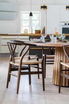 Rundt_plankebord_mjölner_træfolk-10 Wishbone Chair, Dining Area, House Ideas, Furniture, Home Decor, Mesa Redonda, Mesas, Circuit, Dekoration