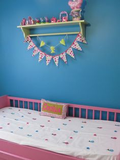 Bandeirinhas em tecido e a parede azul quarto Cecília
